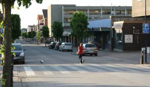 Det spelas boll på torget i Lektorps folktomma stadskärnan. Den passerande trafiken är en säkerhetsrisk. (Foto: Ulf Liljankoski)