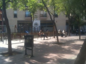 Bänkar kan användas av en eller flera samtidigt. I Barcelona står de ofta placerade på platser som skänker skugga. Foto: Ulf Liljankoski.