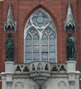 Fasadskulpturer med sina baldakiner ovanför på västra fasaden.