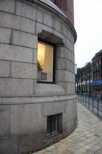 Parterrvåningen är klädd i grå granit.
