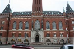 De stora fönsterna vetter in mot sessionsalarna och visar våningarnas hierarki.