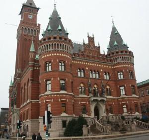 De runda tornen i södra delen och deras konformade tak av rådhuset bär spår av renässansen.
