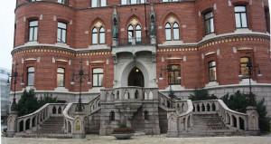 Trappa med böljande former och minimalt med dekoration på södra fasaden.